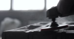 Drewno sanding maszyny, cieśla pracuje z elektrycznym sander na sosnowej podłodze lub stół powierzchnia, zbiory