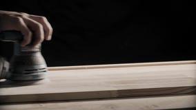 Drewno sanding maszyny Cieśla pracuje z elektrycznym sander na stół powierzchni zbiory