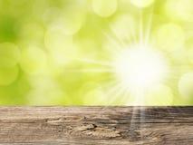 Drewno stół i bokeh abstrakcjonistyczna natura zieleniejemy tło Zdjęcia Royalty Free