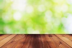 Drewno stół i bokeh abstrakcjonistyczna natura zieleniejemy tło zdjęcia stock