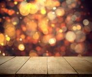 drewno stół odpierający z bokhe zamazującym światłem, Abstrakcjonistyczny bokeh plecy Zdjęcia Royalty Free