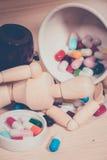 Drewno stół pigułki Medycyna i zdrowy zdjęcie royalty free