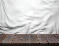 Drewno stół z białym bawełnianej tkaniny tłem Obraz Stock