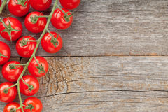 Drewno stół z czereśniowymi pomidorami Zdjęcie Stock