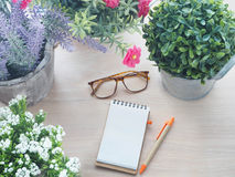 Drewno stół z piękną kwiat ramą na garnku f i pustym ekranie Zdjęcie Stock