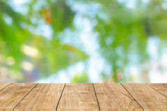 Drewno stół z plamy zieleni tłem zdjęcia stock