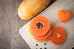 Drewno stół z plasterek pomarańcze i melonowa dojrzałym kierowym kształtem podpisuje dalej Zdjęcia Royalty Free