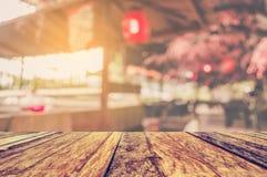 drewno stół i Abstrakcjonistyczny rozmyty suszi kontuar Zdjęcia Stock