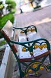 Drewno stół w ogródzie Zdjęcia Royalty Free