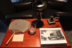 Drewno stół z wystawiać rzeczami w dotaci chałupie Nowy Jork, dokąd Ulysses s.Grant przechodził daleko od 1885 Fotografia Stock