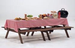 Drewno stołowa i czerwona pieluchy pokrywa dla plenerowego przyjęcia Zdjęcia Stock