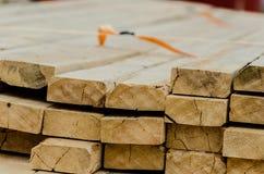 Drewno stos dla budowy przy tartakiem fotografia stock