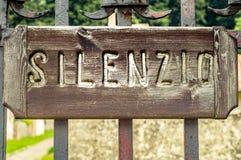 Drewno znak na metal bramie cisza odosobniony szyldowy biel obrazy royalty free