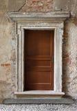 drewno zrobił drzwiom na zaniechanym tle zdjęcie stock