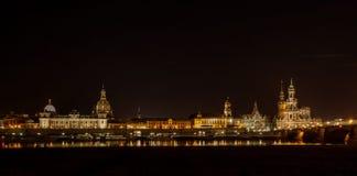 Drezdeński Niemcy Europa pejzażu miejskiego krajobrazu rzeki most Elbe przy nocą zdjęcia stock