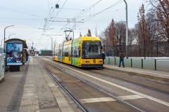 22 01 2018 Drezdeński; Niemcy - tramwaj na sposobie w Drezdeńskim miasta ce Obraz Royalty Free