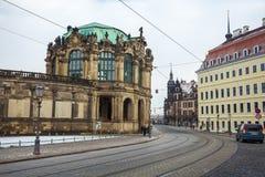 23 01 2018 Drezdeński; Niemcy - ulica z pedestrians t i tramwajem Fotografia Stock