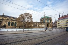 23 01 2018 Drezdeński; Niemcy - ulica z pedestrians t i tramwajem Zdjęcia Stock