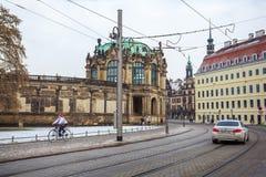 23 01 2018 Drezdeński; Niemcy - ulica z pedestrians t i tramwajem Obrazy Stock