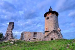 Dreznik城堡废墟在晚上 免版税库存照片