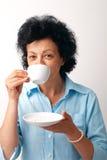 dricka äldre teakvinna fotografering för bildbyråer
