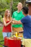 Dricka öl på ett trädgårds- parti Royaltyfri Bild