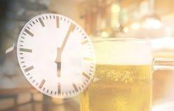 Dricka abstrakt begrepp för lyckliga timmar för öltid Royaltyfri Foto