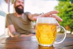 Dricka alkohol inklusive ?l Alkohol frig?r ?l Kylt ?l r?nar p? kaf?tabellen F?rnyande alkoholdryck eller arkivbild