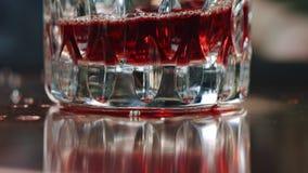 Dricka att plaska i ultrarapid på botten av exponeringsglaset stock video