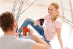 dricka barn för kaffepar royaltyfria foton