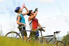 dricka berg för cykelpar Fotografering för Bildbyråer