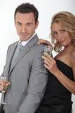 Dricka champagne för par royaltyfri bild