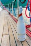 Dricka champagne som along seglar på en yacht Royaltyfri Bild