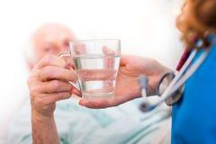 Dricka den höga patienten Fotografering för Bildbyråer