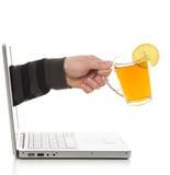 dricka elektronisk tea arkivbild