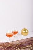 Dricka en konjak med levande ljus Arkivfoton