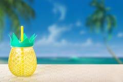 Dricka en ny ananasfruktsaft från ananasexponeringsglas på honom som är tropisk royaltyfria bilder