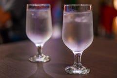 Dricka ett exponeringsglas av vatten arkivbild