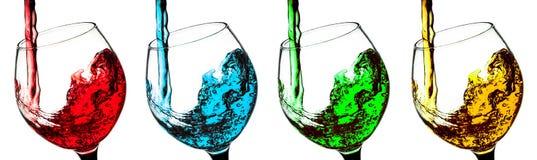 Dricka ett exponeringsglas av vin som en olik uppsättning av coctailen isolerade Royaltyfri Foto