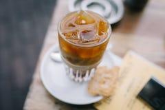 Dricka ett med is kaffe i sommar med latte på en trätabell arkivbild