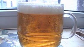 Dricka ett stort exponeringsglas av öl lager videofilmer
