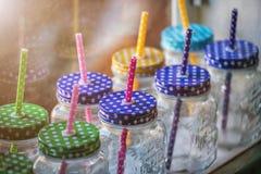 Dricka exponeringsglas med ett handtag och ett rör på hö på kafét Arkivbilder