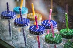 Dricka exponeringsglas med ett handtag och ett rör på hö på kafét Arkivfoto