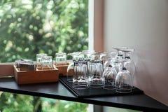 Dricka exponeringsglas på tabellen Arkivfoton