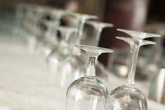 Dricka exponeringsglasabstrakt begrepp i formell matsal Royaltyfri Bild