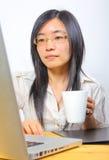 dricka för kaffe för affärskvinna kinesiskt royaltyfria foton