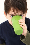 dricka för pojke royaltyfria bilder