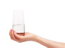Dricka för rengöring för kvinnlig hand som hållande är glass med vatten royaltyfri bild