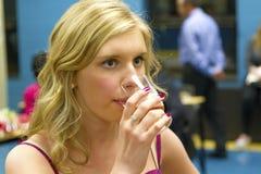 Dricka för tonårs- flicka Royaltyfria Bilder