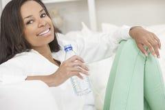Dricka flaska för afrikansk amerikankvinna av vatten Royaltyfri Fotografi